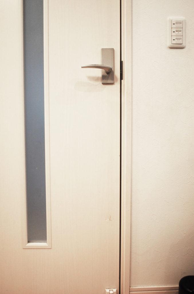 壁に穴をあけてしまったのをきれいに隠したい