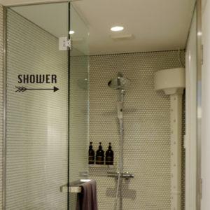 アメリカンな矢印デザインのおしゃれなシャワーサインウォールステッカー